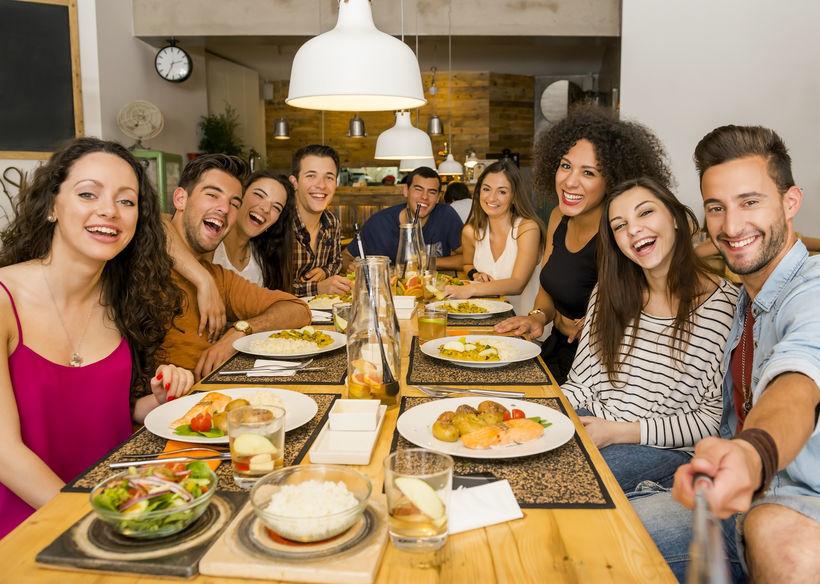 cena con amigos y familia - igostrategy